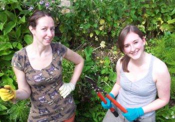 two females volunteering